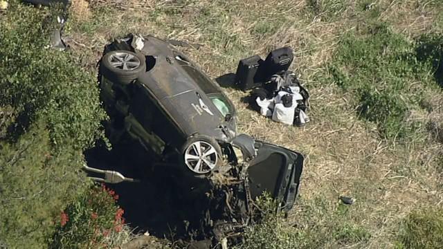 Tiết lộ nguyên nhân tai nạn kinh hoàng của Tiger Woods trên Genesis GV80: Nhầm chân phanh với chân ga, đâm ở vận tốc 120 km/h - Ảnh 1.