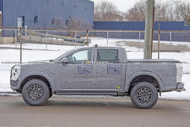Ford Ranger Raptor thế hệ mới chạy thử trên đường phố, để lộ chi tiết ống xả mới lạ - Ảnh 3.
