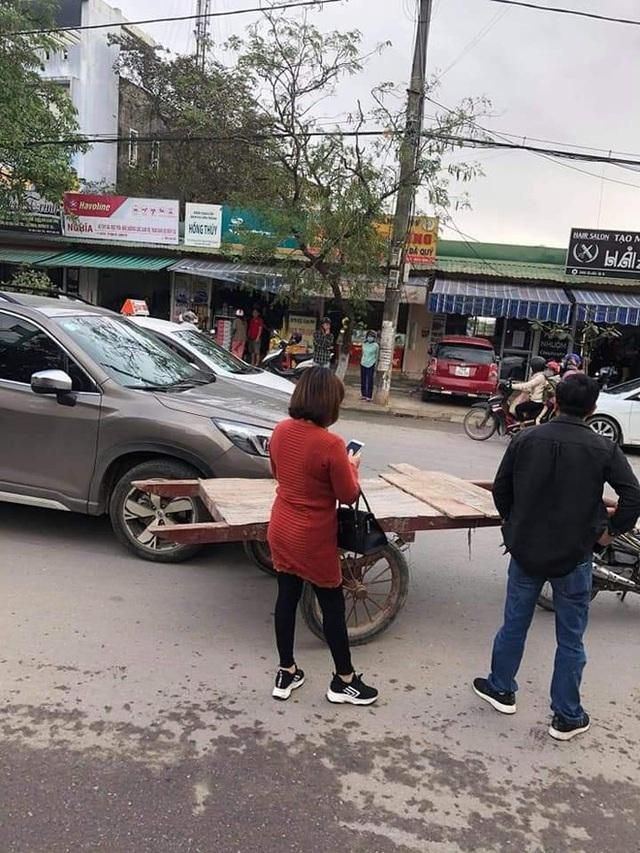 Chạy xe kéo va quệt ô tô, chàng trai phải đền và quyết định không ngờ từ những người dân xung quanh - Ảnh 1.