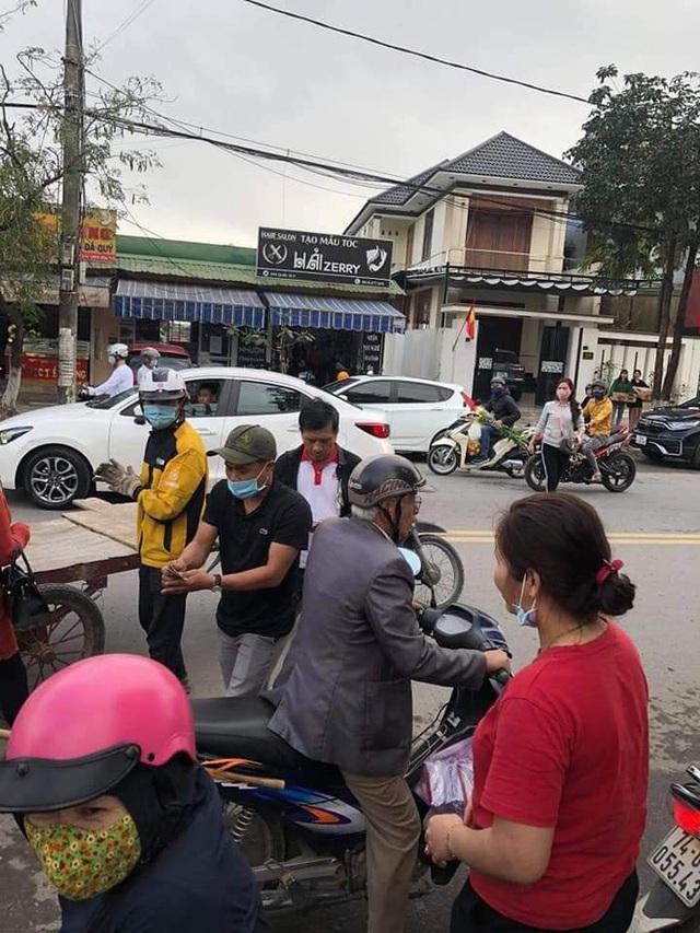 Chạy xe kéo va quệt ô tô, chàng trai phải đền và quyết định không ngờ từ những người dân xung quanh - Ảnh 4.