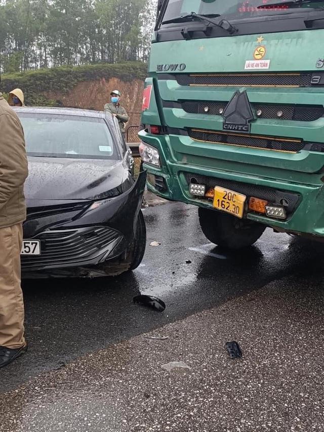 Camry bị xe ben đâm xoay ngang trên cao tốc, camera bóc nguyên nhân đằng sau - Ảnh 4.