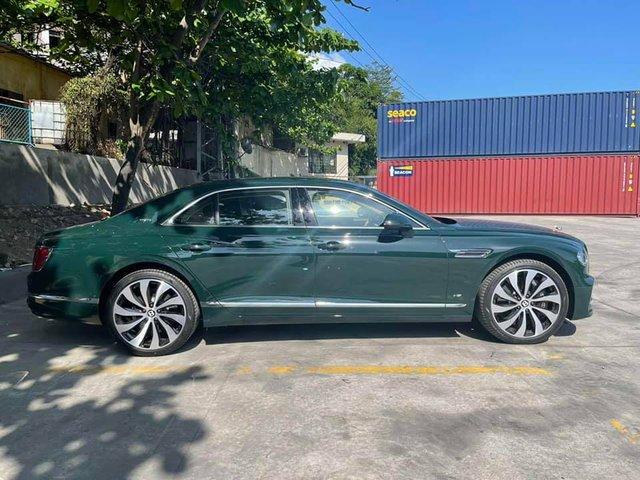 Thêm Bentley Flying Spur V8 thế hệ mới về Việt Nam, sở hữu màu sơn có giá ngang ngửa một chiếc moto phân khối lớn - Ảnh 2.