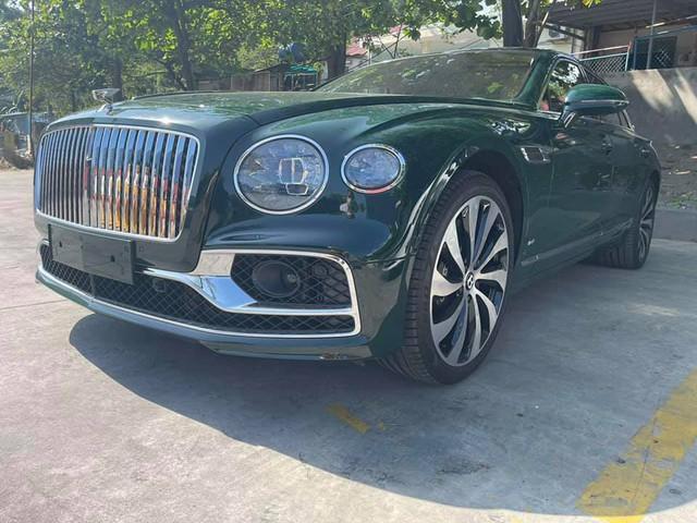 Thêm Bentley Flying Spur V8 thế hệ mới về Việt Nam, sở hữu màu sơn có giá ngang ngửa một chiếc moto phân khối lớn - Ảnh 3.