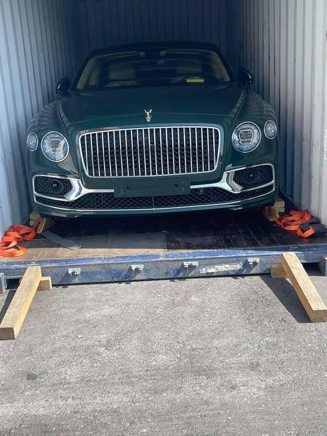 Thêm Bentley Flying Spur V8 thế hệ mới về Việt Nam, sở hữu màu sơn có giá ngang ngửa một chiếc moto phân khối lớn - Ảnh 1.
