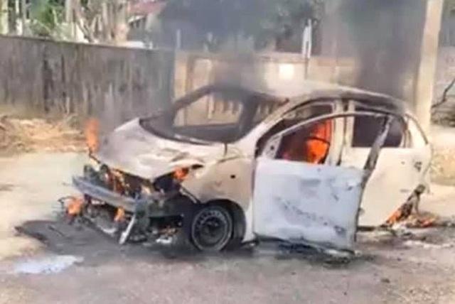 Xế hộp cháy trơ khung khi đang đậu trên đường làng, chủ xe vơ vội ít giấy tờ thoát ra - Ảnh 1.