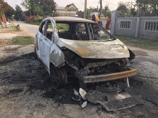 Xế hộp cháy trơ khung khi đang đậu trên đường làng, chủ xe vơ vội ít giấy tờ thoát ra - Ảnh 3.
