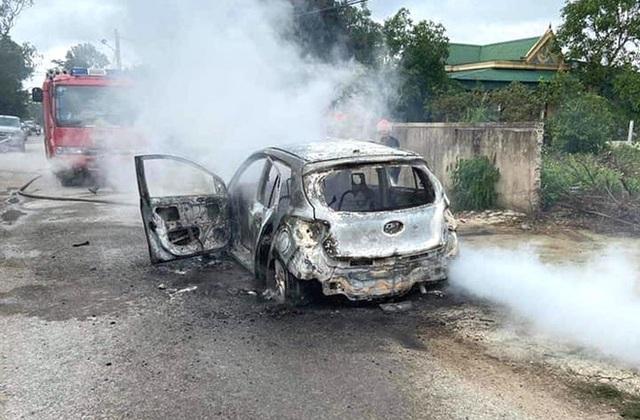 Xế hộp cháy trơ khung khi đang đậu trên đường làng, chủ xe vơ vội ít giấy tờ thoát ra - Ảnh 4.