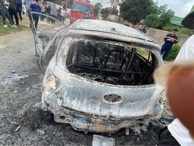 Xế hộp cháy trơ khung khi đang đậu trên đường làng, chủ xe vơ vội ít giấy tờ thoát ra - Ảnh 5.