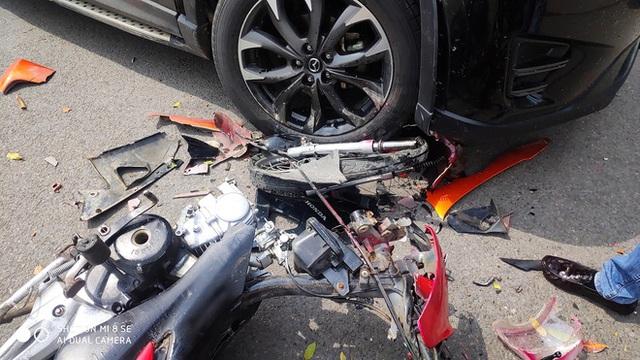 Đâm trúng Mazda CX-5, thanh niên vội vứt xe máy bỏ chạy - nhìn hiện trường, tất cả đều hiểu lý do - Ảnh 1.
