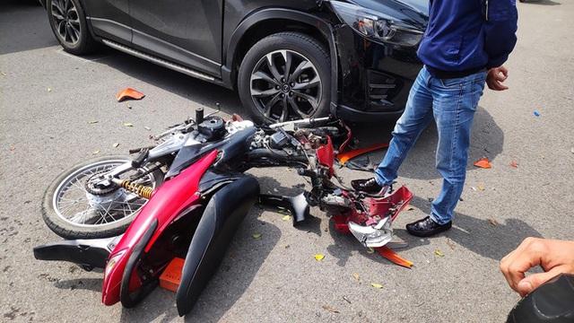 Đâm trúng Mazda CX-5, thanh niên vội vứt xe máy bỏ chạy - nhìn hiện trường, tất cả đều hiểu lý do - Ảnh 2.