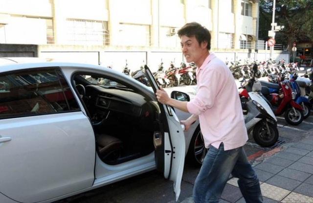 Ngừng tra tấn xe ô tô của bạn qua 4 thói quen gây hại này: 2 thói quen đầu rất nhiều người không để ý - Ảnh 1.