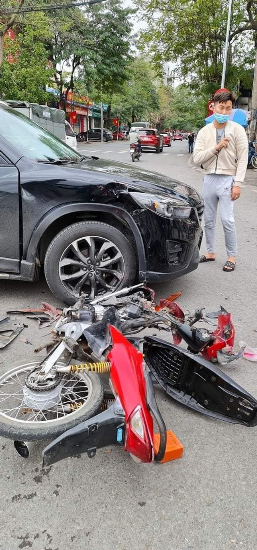 Đâm trúng Mazda CX-5, thanh niên vội vứt xe máy bỏ chạy - nhìn hiện trường, tất cả đều hiểu lý do - Ảnh 3.