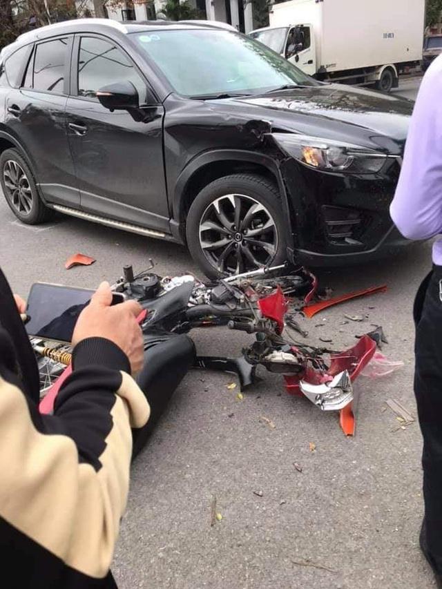Đâm trúng Mazda CX-5, thanh niên vội vứt xe máy bỏ chạy - nhìn hiện trường, tất cả đều hiểu lý do - Ảnh 4.