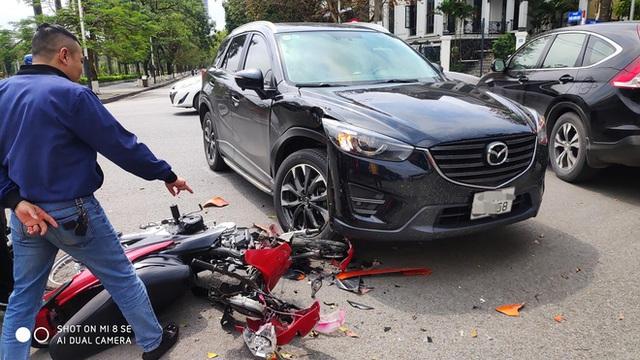 Đâm trúng Mazda CX-5, thanh niên vội vứt xe máy bỏ chạy - nhìn hiện trường, tất cả đều hiểu lý do - Ảnh 5.