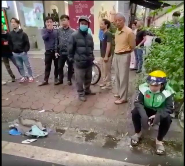 Tông vỡ đuôi ô tô tiền tỷ, nam shipper vừa cúi nhặt đồ vừa bật khóc giữa phố Hà Nội - Ảnh 2.