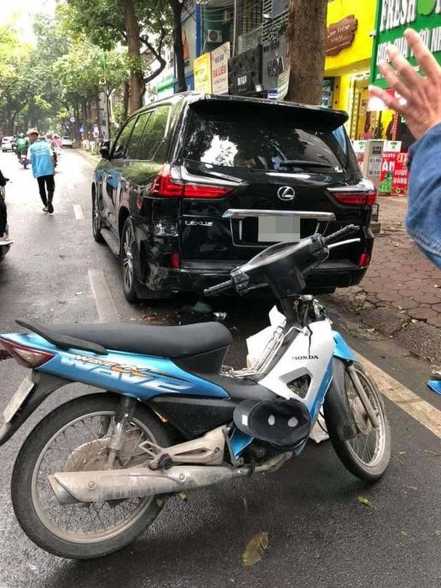 Tông vỡ đuôi ô tô tiền tỷ, nam shipper vừa cúi nhặt đồ vừa bật khóc giữa phố Hà Nội - Ảnh 5.
