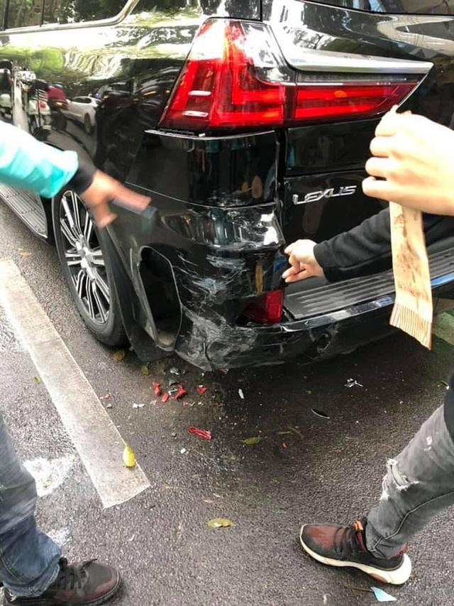 Tông vỡ đuôi ô tô tiền tỷ, nam shipper vừa cúi nhặt đồ vừa bật khóc giữa phố Hà Nội - Ảnh 6.