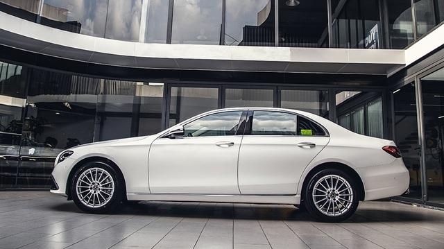 Mercedes-Benz E-Class 2021 giá từ 2,31 tỷ tại Việt Nam: Thiết kế như S-Class mới, phả hơi nóng lên BMW 5-Series - Ảnh 1.