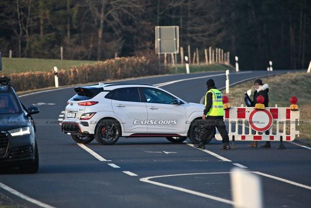 Hyundai Kona hiệu suất cao sẵn sàng ra mắt với điểm giống xe Porsche - Ảnh 2.