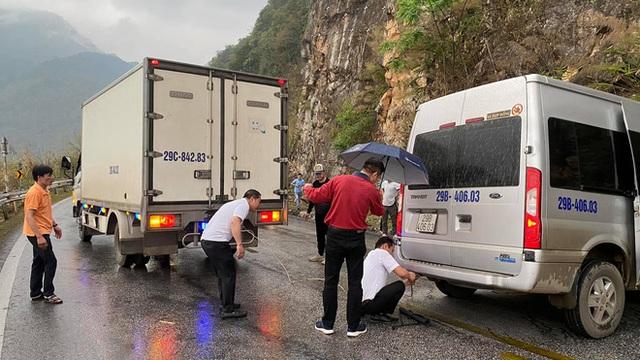Xe khách mắc kẹt trên đường đèo, hàng loạt tài xế dừng lại giải cứu: Hình ảnh nhận bão like trên MXH - Ảnh 3.