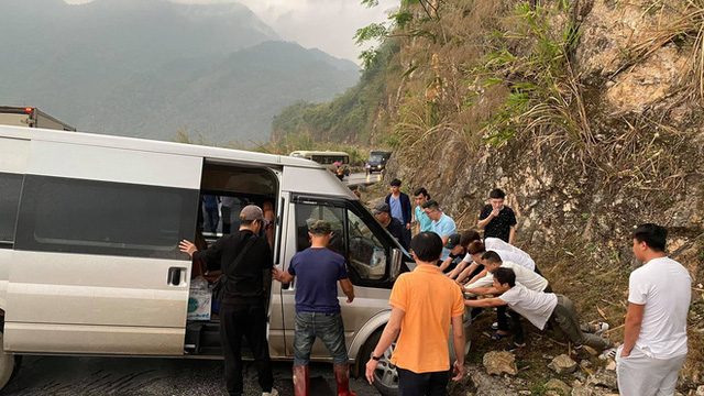 Xe khách mắc kẹt trên đường đèo, hàng loạt tài xế dừng lại giải cứu: Hình ảnh nhận bão like trên MXH - Ảnh 4.