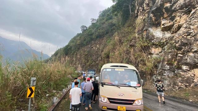 Xe khách mắc kẹt trên đường đèo, hàng loạt tài xế dừng lại giải cứu: Hình ảnh nhận bão like trên MXH - Ảnh 6.