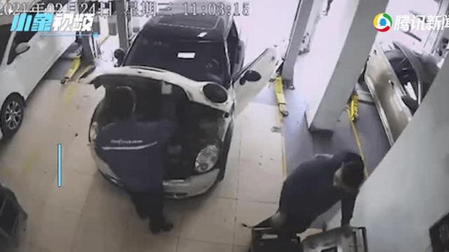 Kiểm tra động cơ ô tô, nhân viên sửa chữa giật bắn mình bỏ chạy sau khi chứng kiến cảnh này - Ảnh 1.