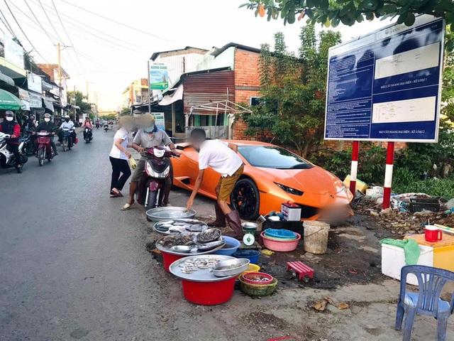 Xôn xao hình ảnh người đàn ông mang siêu xe Lamborghini đắt giá đi bán cá lề đường - Ảnh 1.