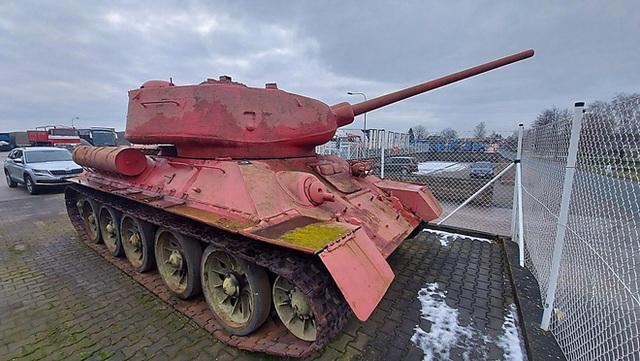 Tin lời cảnh sát, một người Séc mang cả xe tăng hồng cùng pháo tự hành đến đăng ký sở hữu - Ảnh 1.