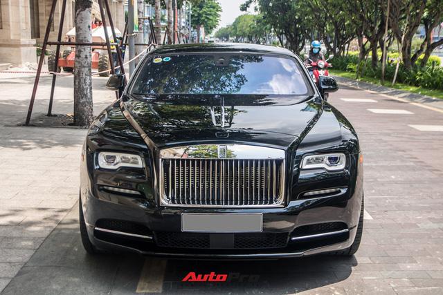 Vợ chồng doanh nhân Nguyễn Quốc Cường chạy Rolls-Royce Wraith đi tậu đồng hồ mới, mâm xe là điểm nhấn đáng chú ý - Ảnh 1.
