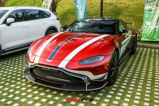 Minh Nhựa lần đầu cầm lái Aston Martin V8 Vantage chở vợ trong hành trình VietRally - Ảnh 3.