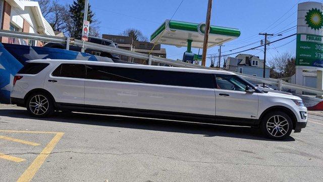 Ford Explorer độ limousine không giống ai: Giữ nguyên hàng ghế 2 và 3, rao bán bán giá quy đổi gần 1,4 tỷ đồng - Ảnh 1.