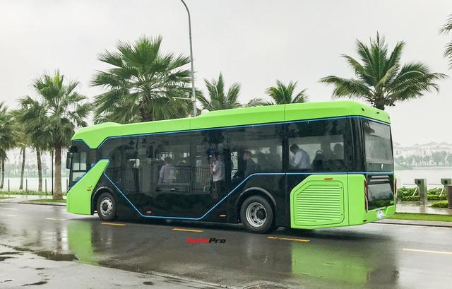 VinBus đầu tiên lăn bánh tại Hà Nội: Êm, không khí thải, bãi đỗ có pin mặt trời, có khu rửa xe riêng xịn sò - Ảnh 7.
