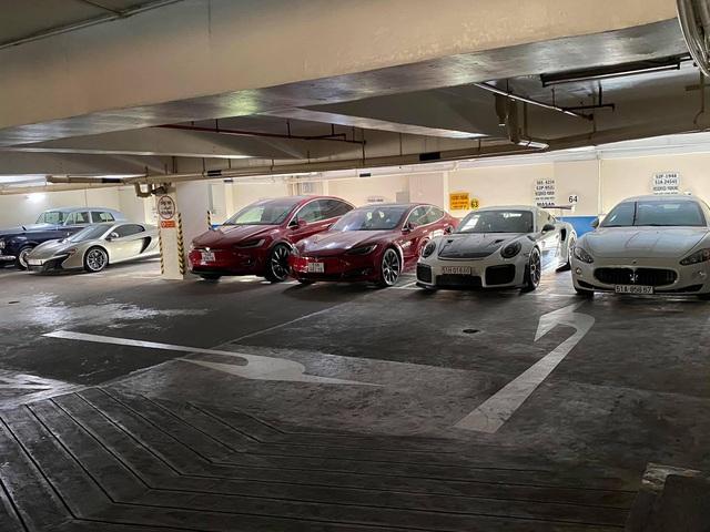 Choáng ngợp với bãi đỗ toàn siêu xe, xe siêu sang trị giá cả trăm tỷ đồng giữa lòng Sài Gòn - Ảnh 2.