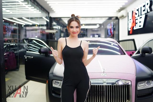 Ngọc Trinh khoe Rolls-Royce Ghost phiên bản Black Pink độc nhất Việt Nam, tiện rao bán Mercedes-Maybach S500 giá 6,5 tỷ đồng - Ảnh 4.