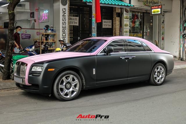 Mặc kệ drama, Ngọc Trinh mang Rolls-Royce Ghost bản Black Pink siêu độc lên phố chơi cuối tuần - Ảnh 1.