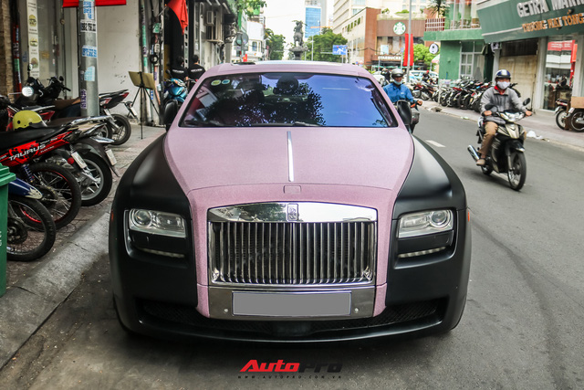 Mặc kệ drama, Ngọc Trinh mang Rolls-Royce Ghost bản Black Pink siêu độc lên phố chơi cuối tuần - Ảnh 8.