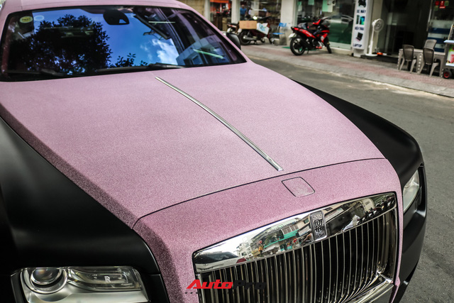 Mặc kệ drama, Ngọc Trinh mang Rolls-Royce Ghost bản Black Pink siêu độc lên phố chơi cuối tuần - Ảnh 3.