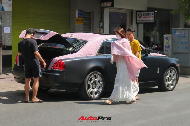 Mặc kệ drama, Ngọc Trinh mang Rolls-Royce Ghost bản Black Pink siêu độc lên phố chơi cuối tuần - Ảnh 10.