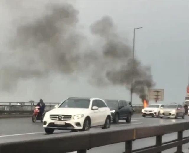 Xe máy SH bỗng nhiên bốc cháy ngùn ngụt trên cầu Nhật Tân, khổ chủ thất thần đứng nhìn mà không thể làm gì - Ảnh 2.