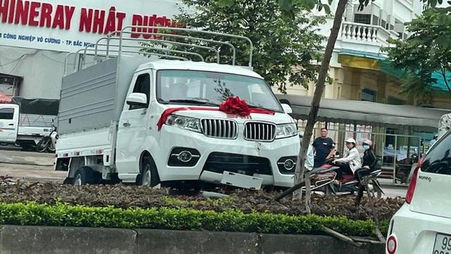 Lái thử trong lễ bàn giao xe tải, tài xế lao thẳng lên dải phân cách - hiện trường khiến tất cả ngán ngẩm - Ảnh 2.