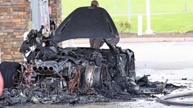 Đổ xăng bất cẩn McLaren 765LT hàng hiếm cháy thành đống tro tàn - Ảnh 2.