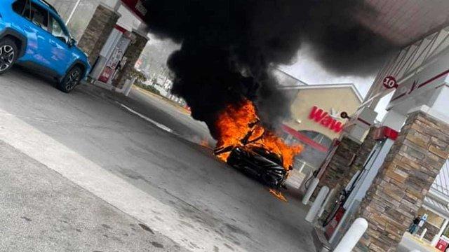 Đổ xăng bất cẩn McLaren 765LT hàng hiếm cháy thành đống tro tàn - Ảnh 3.