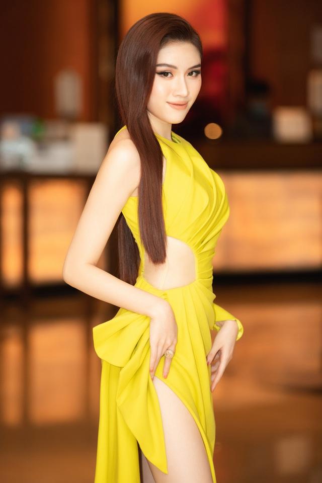 Thanh Thanh Huyền khoe chân dài bên siêu xe - Ảnh 10.
