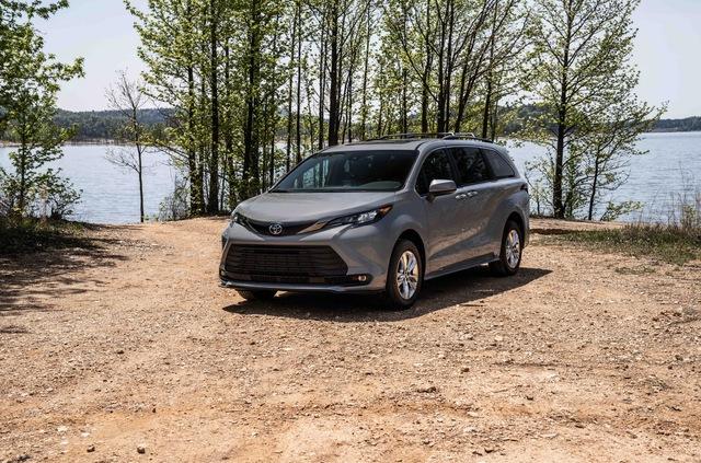Toyota Sienna 2021 thêm phiên bản cho người mê phượt: Nâng gầm, dẫn động 4 bánh, bổ sung đồ chơi thể thao - Ảnh 1.