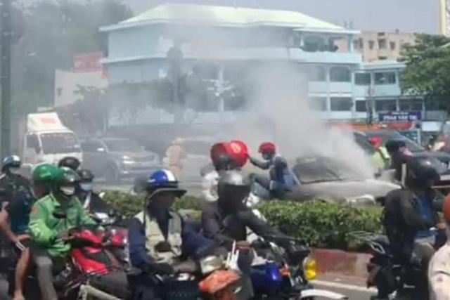 Xế hộp BMW bốc khói nghi ngút trên phố - Ảnh 1.