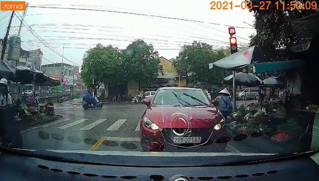 Đỗ ngược chiều đợi người thân mua đồ, tài xế ngồi trong xe hút thuốc, quyết không di chuyển mặc tiếng còi thúc giục - Ảnh 2.