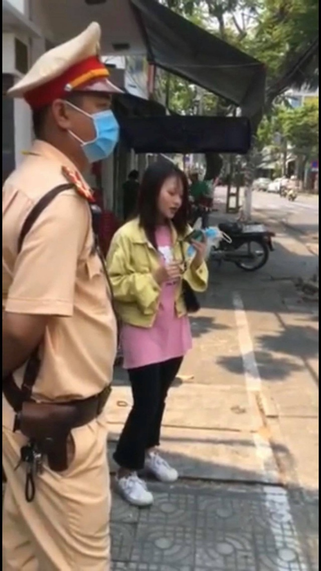 Cô gái chạy xe rẽ không xi nhan, CSGT Đà Nẵng yêu cầu hát một bài rồi xem xét - Ảnh 1.