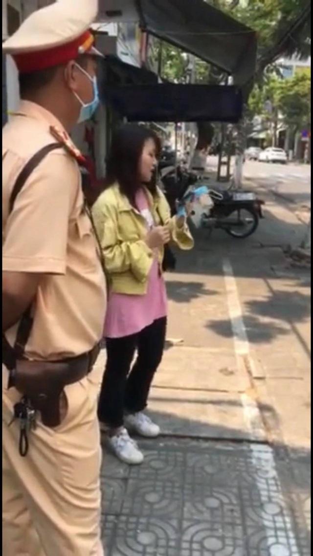 Cô gái chạy xe rẽ không xi nhan, CSGT Đà Nẵng yêu cầu hát một bài rồi xem xét - Ảnh 2.