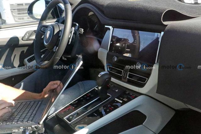 Hé lộ nội thất Porsche Macan mới sắp ra mắt: Vô-lăng mới, bỏ bớt nút bấm